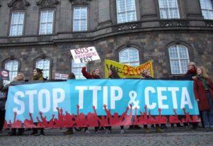 CETA har affødt massive protester over hele Europa. Her fra en demonstration i København i oktober 2016.