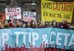 Tusindvis af mennesker gik i efteråret i demo mod CETA og TTIP i København. 23. marts demonstrerer vi igen! Foto: Anders Rye Skjoldjensen