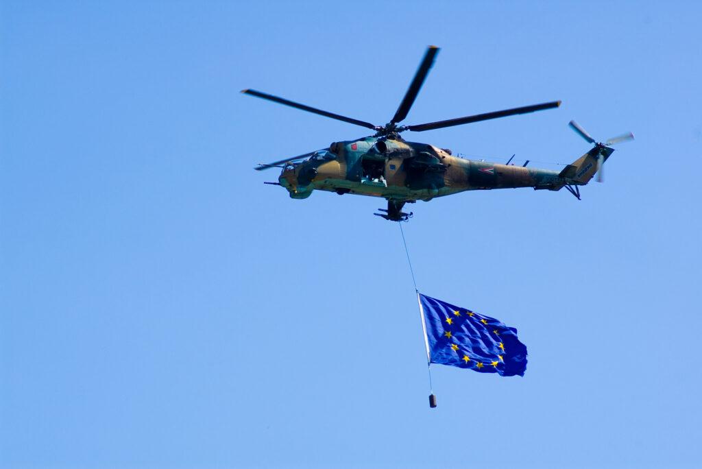 Militærhelekopter med EU-flag