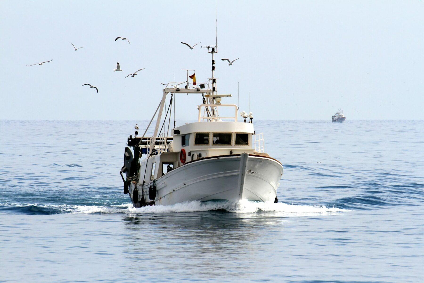 Fiskekutter Sejler I åbent Vand. Foto: Shutterstock 399430669